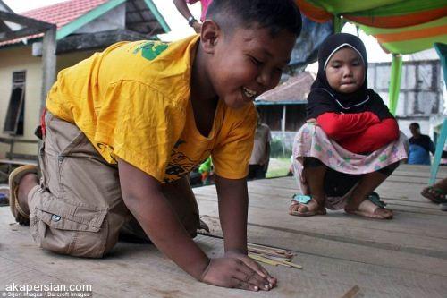 کودکی که روزی 40 نخ سیگار می کشد (+عکس)