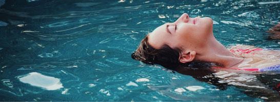 کرم های ضد آفتاب برای مراقبت از مو هنگام استخر رفتن